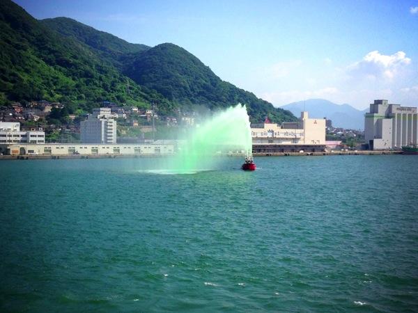 消防艇 カラー放水